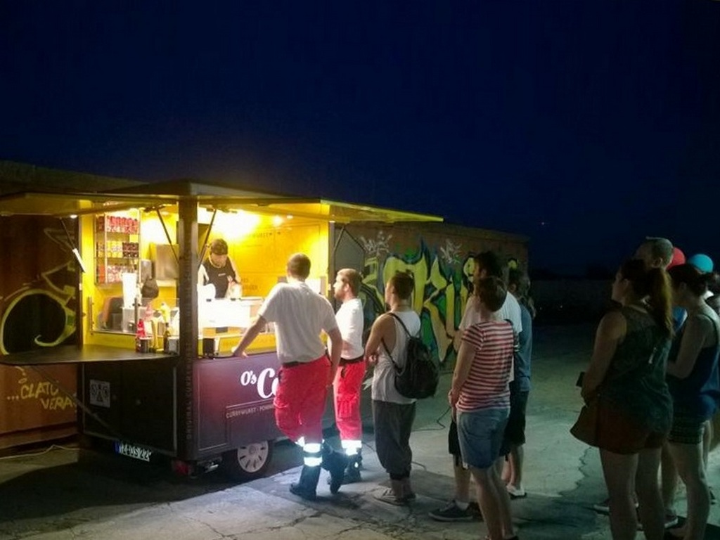 Street Food Catering mit Food Truck on the beach