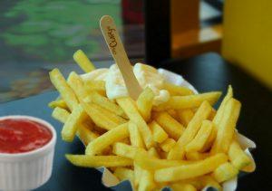 002 Pommes frisch mit Ketchup